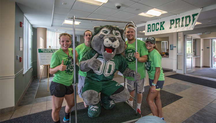 WOW volunteers join Rocky to help students move in