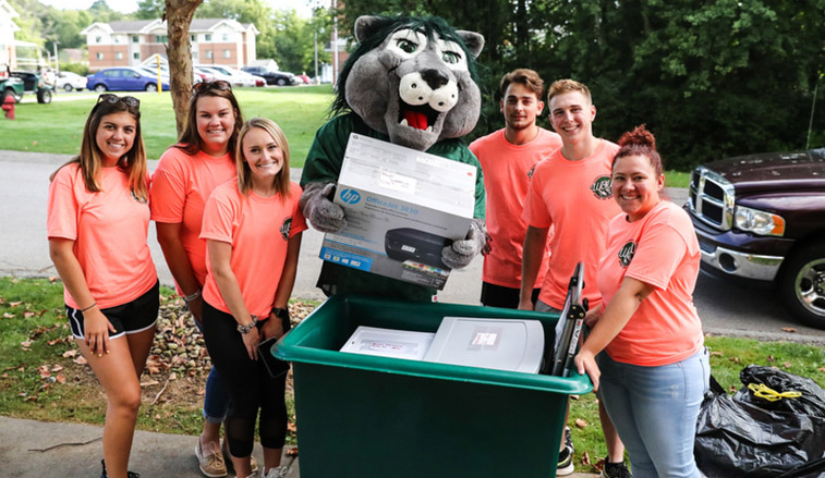 Students help with move in