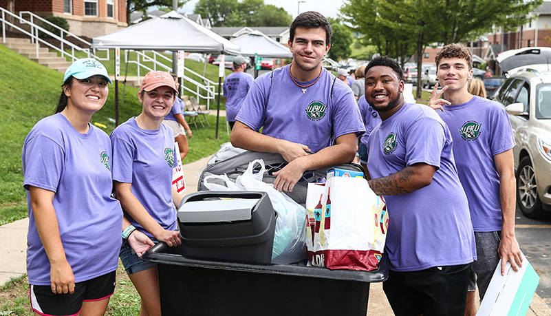 Student's helping with move in