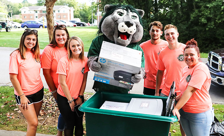 Student volunteers with Rocky during first year move in