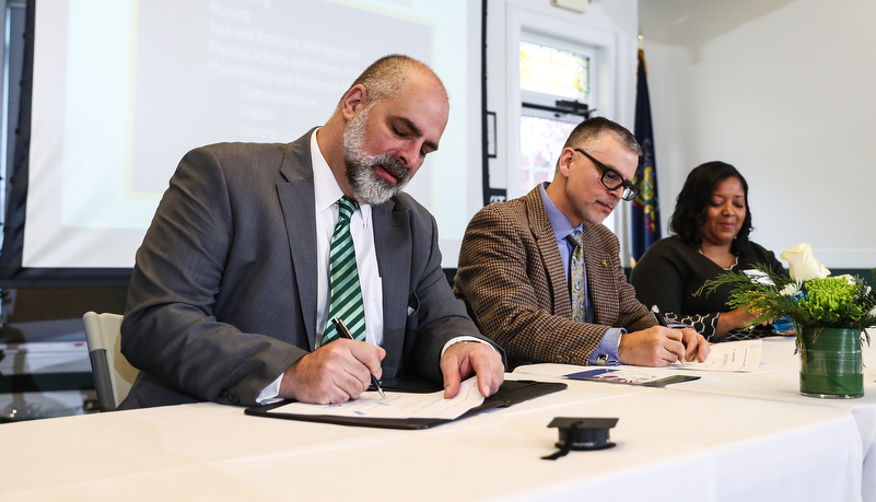 President Behre and President Neuppauer sign agreements