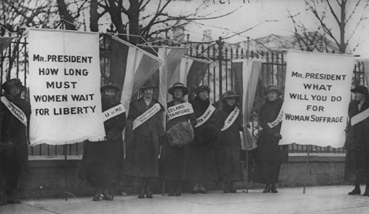 Suffragists protecting in front of the White House