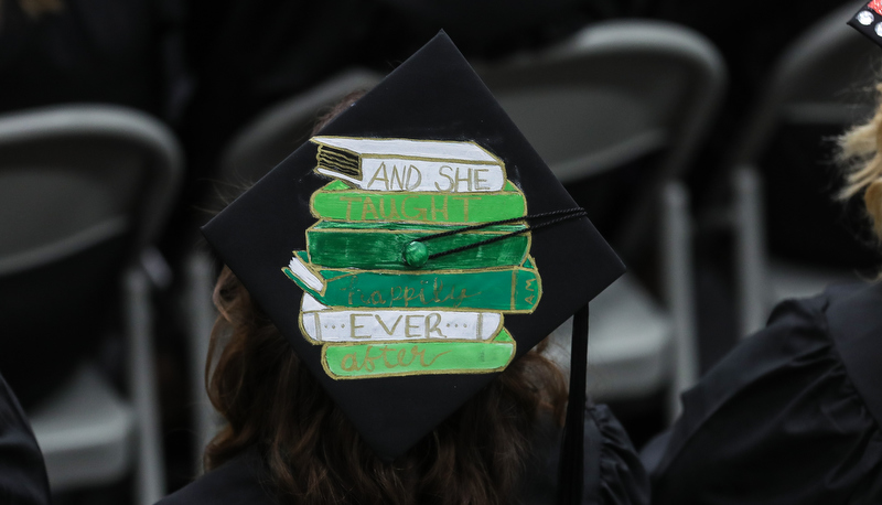 Cap decorated with a painting of a stack of books
